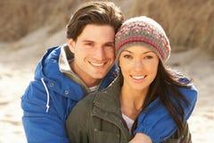 Pares jovenes románticos en la playa del invierno Foto de archivo