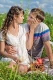 Pares jovenes románticos que descansan al aire libre y eac conmovedor del tenderlt Fotografía de archivo libre de regalías