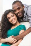 Pares jovenes románticos que se relajan en el sofá Fotos de archivo libres de regalías