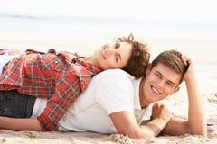 Pares jovenes románticos que se relajan en la playa Foto de archivo libre de regalías