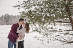 Pares jovenes románticos al aire libre en invierno Imagen de archivo