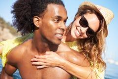 Pares jovenes románticos que se divierten en el mar junto Fotos de archivo