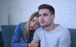 Pares jovenes 20s con el hombre triste y corazón quebrado deprimido y novia sufridores del dolor quizá que dan a su novio ayuda d Fotos de archivo