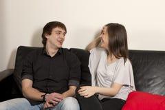 Pares jovenes sonrientes Foto de archivo libre de regalías