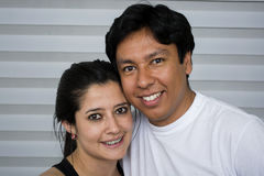 Pares jovenes sonrientes Imagen de archivo libre de regalías