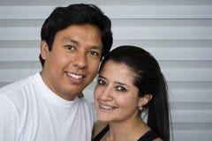 Pares jovenes sonrientes Fotografía de archivo libre de regalías
