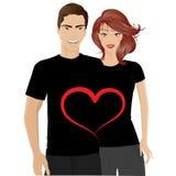 Pares jovenes sonrientes con la camiseta del día de tarjetas del día de San Valentín Imagenes de archivo
