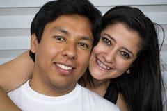 Pares jovenes sonrientes en sitio Imagenes de archivo