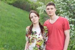 Pares jovenes sonrientes en un paseo de la primavera Imágenes de archivo libres de regalías