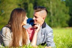 Pares jovenes sonrientes felices al aire libre Imágenes de archivo libres de regalías