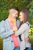 Pares jovenes sonrientes felices al aire libre Fotografía de archivo libre de regalías