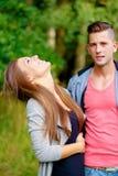 Pares jovenes sonrientes felices al aire libre Fotos de archivo