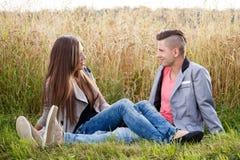 Pares jovenes sonrientes felices al aire libre Concepto de la tarjeta del día de San Valentín Fotografía de archivo