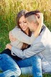 Pares jovenes sonrientes felices al aire libre Concepto de la tarjeta del día de San Valentín Fotos de archivo
