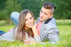 Pares jovenes sonrientes felices al aire libre Concepto de la tarjeta del día de San Valentín Fotografía de archivo libre de regalías