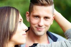 Pares jovenes sonrientes felices al aire libre Concepto de la tarjeta del día de San Valentín Imagen de archivo libre de regalías