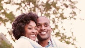 Pares jovenes sonrientes que abrazan romantically almacen de video