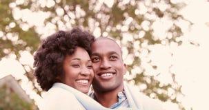 Pares jovenes sonrientes que abrazan romantically almacen de metraje de vídeo