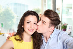 Pares jovenes sonrientes que hacen un selfie fotografía de archivo