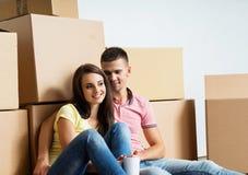 Pares jovenes unboxing en su nuevo hogar Foto de archivo