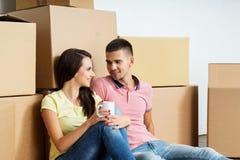 Pares jovenes unboxing en su nuevo hogar Fotos de archivo