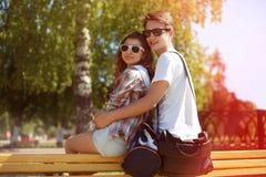 Pares jovenes urbanos felices del retrato soleado del verano en gafas de sol Foto de archivo