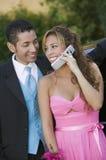 Pares jovenes Well-dressed usando el teléfono celular Fotos de archivo