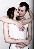 Pares jovenes y apasionados en amor amantes Pares en el abarcamiento del amor Pares atractivos de la belleza que abrazan y que se Foto de archivo