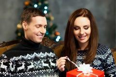 Pares jovenes y felices con los regalos de Navidad Fotografía de archivo libre de regalías