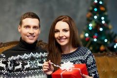Pares jovenes y felices con los regalos de Navidad Fotografía de archivo