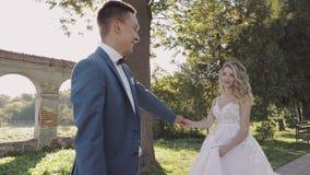 Pares jovenes y hermosos de la boda junto Novio y novia preciosos Día de boda Cámara lenta metrajes