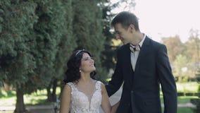 Pares jovenes y hermosos de la boda junto Novio y novia preciosos Día de boda Cámara lenta almacen de metraje de vídeo