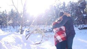 Pares jovenes y hermosos en el amor que camina en el bosque del invierno almacen de video
