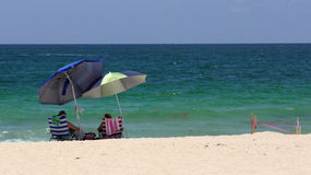 Pares jubilados en una playa Imagenes de archivo