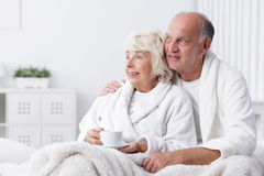 Pares jubilados felices en cama Imagenes de archivo