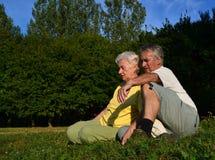 Pares jubilados que se relajan Imágenes de archivo libres de regalías