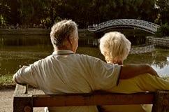 Pares jubilados que se relajan Foto de archivo libre de regalías