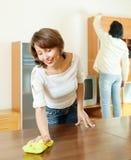 Pares juntas que hacen tareas en casa Imagenes de archivo