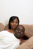 Pares junto em um Sofá-Vertical Fotografia de Stock Royalty Free