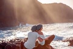Pares junto en la costa rocosa Fotos de archivo libres de regalías