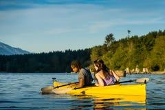 Pares Kayaking do lago Imagens de Stock