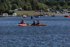 Pares kayaking en el lago fotos de archivo libres de regalías