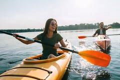 Pares kayaking junto Fotografía de archivo libre de regalías