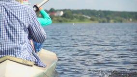 Pares kayaking síncrono Resto activo, turismo, vacaciones almacen de video