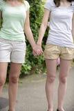 Pares lésbicas que guardam as mãos Fotos de Stock Royalty Free