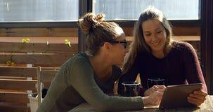 Pares lésbicas que interagem um com o otro no café 4k video estoque