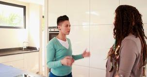 Pares lésbicas que têm um argumento na cozinha filme
