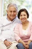 Pares latino-americanos superiores em casa imagens de stock royalty free