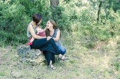 Pares lesbianos adorables con su bebé en naturaleza Imagenes de archivo
