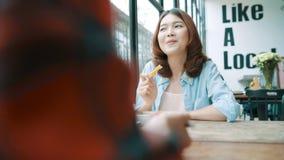 Pares lesbianos del lgbt de las mujeres asiáticas felices hermosas que sientan a cada lado que come una placa de los espaguetis i almacen de metraje de vídeo